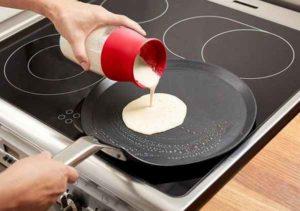 Verser la pâte à crêpes